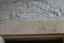 Inscripció sobre la porta d´entrada de Sant Miquel de Pinell.