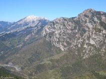 El puig dels Terrers (2.467m), el coll de Pendís (1.786m), el Moixeró (2.078m) i les Penyes Altes (2.276m).