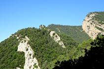 Turó del castell de Roset i els cingles del Tastanós.