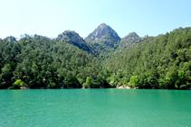 Les aigües del pantà de La Baells, als peus de la serra de Picancel.