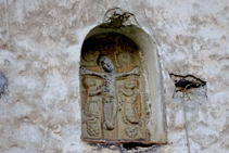 Detall a la façana de l´església de Sant Julià.