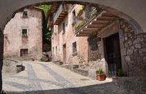Portal del nucli antic de Sant Privat d´en Bas.