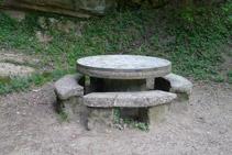 Taula de pedra que hi ha a costat de la font de l´Abat.