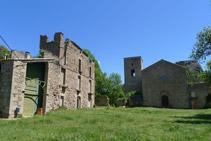 Restes de la casa de l´abat (esquerra) i part davantera del monestir.