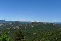 Vistes cap al N des del coll: veiem la vall de la Portella i el santuari de la Quar.