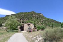 Mirada enrere: la masia de la Baumeta i el serrat de Sant Isidre.