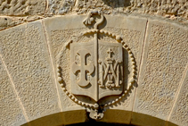Gravat a la portalada del monestir.