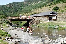 Gaudint de les fredes aigües del riu.