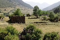 Fora de la ruta base: restes del poble abandonat de Montgarri.