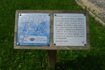Panell informatiu en alfabet tradicional i alfabet Braille.