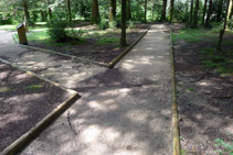 Arribem a una bifurcació. El camí de la dreta torna directament cap al punt d´inici.