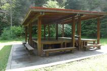 Tarima de fusta: escultura <i>Art i Naturalesa – Taula de Pícnic</i> de Siah Armajani.