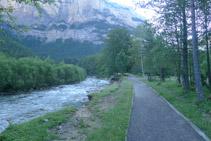 Avancem en paral·lel al riu Arazas tot remuntant la vall d´Ordesa.