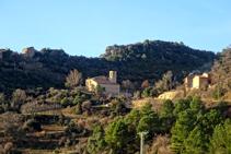 L´església de Sant Martí de Cambrils i a la carena l´enrunat castell homònim.
