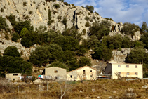 Les cases de la solana de Cambrils i al seu darrera, les carrasques s´arrapen a la Roca de Medes.