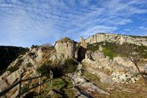 L´enrunat castell de Sant Martí i la capella de la Mare de Déu del Remei, al límit de la carena.