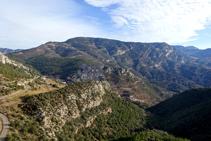 Des de la serra Seca tenim bones vistes de Cambrils, la Roca de Bartoló amb l´enrunat castell, el Tossal de Cambrils i les serres d´Odèn.