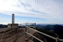 Vèrtex geodèsic al punt més elevat del mirador de la serra Seca (1.234m).