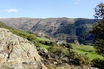 Masia de Santa Creu i la muntanya de Llarvén.