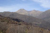 Al fons, els cims del Montsent de Pallars i del Montorroio.