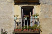 Bonic balcó ple de flors i vida, a la plaça Major d´Olp.