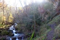 El corriol puja per la riba esquerra orogràfica del riu del Cantó.