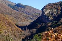 Des del corriol es veu la Roca de Baén i el poble de Soriguera.