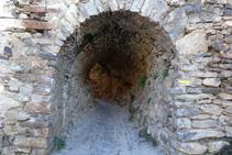 Després de pujar per la rampa el camí entra en un túnel molt curiós.