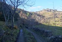 Anem cap a la Llau de Toscarri gaudint de magnífiques vistes de Tornafort a dalt d´un turó.