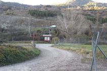 El camí ens porta fins a una àrea de lleure. Un cop allà seguim a la dreta.