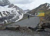 Unes roques obstaculitzen l´accés a una carretera destrossada. Estem al coll de Tentes.