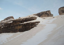 Al SE del refugi, la glacera de la Bretxa, la Bretxa de Rotllan i el casc del Marboré.
