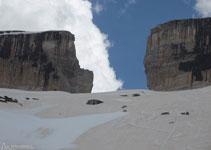 La Bretxa de Rotllan, un increïble tall natural de roca pel qual es pot passar de França a Espanya.