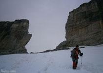 Baixem per la glacera de la Bretxa, deixant la bretxa a la nostra esquena.