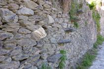 Detall d´un mur de pedra seca a Aixirivall.
