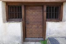 Detall de la porta de l´església de Sant Pere d´Aixirivall.
