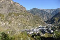 Vista de Sant Julià mirant cap al N, amb la serra del Vedat a l´esquerra.