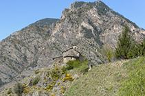 Església de Sant Serni de Nagol amb la serra del Vedat al fons.