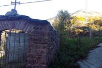 Entrada al cementiri de Llagunes i inici del corriol.