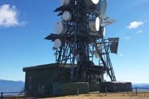 Una de les dues antenes que hi ha al cim.