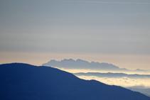 El perfil de Montserrat a la llunyania.