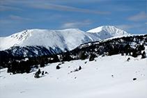 Vistes a la serra d´Airosa i al pic del Monturull o Torre dels Soldats (2.759m).