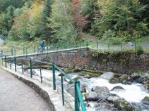 Pont metàl·lic per creuar el riu.