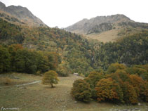 Cabana d´Artiga de Lin i, al fons, la cascada de Pomèro.