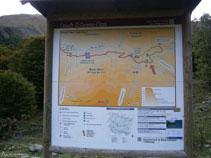 Panell informatiu al costat del pàrquing.