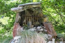 A dalt d´una roca trobem la Mare de Déu de la Géla.