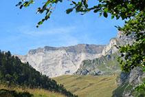 Característic estrat de roca calcària blanquinosa de la muralla de Barroude, entre els pics de la Géla i de Tromouse.