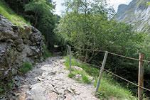 Tram rocós estret en el que una barana separa el límit del camí del penya-segat que cau fins a la Neste de la Géla.