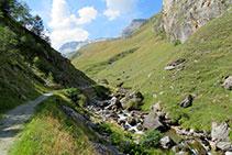 El camí s´apropa fins a tocar del riu, la Neste de la Géla.