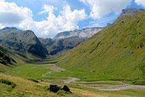 Vistes a la capçalera de la vall de la Géla amb la muralla de Barroude al fons.